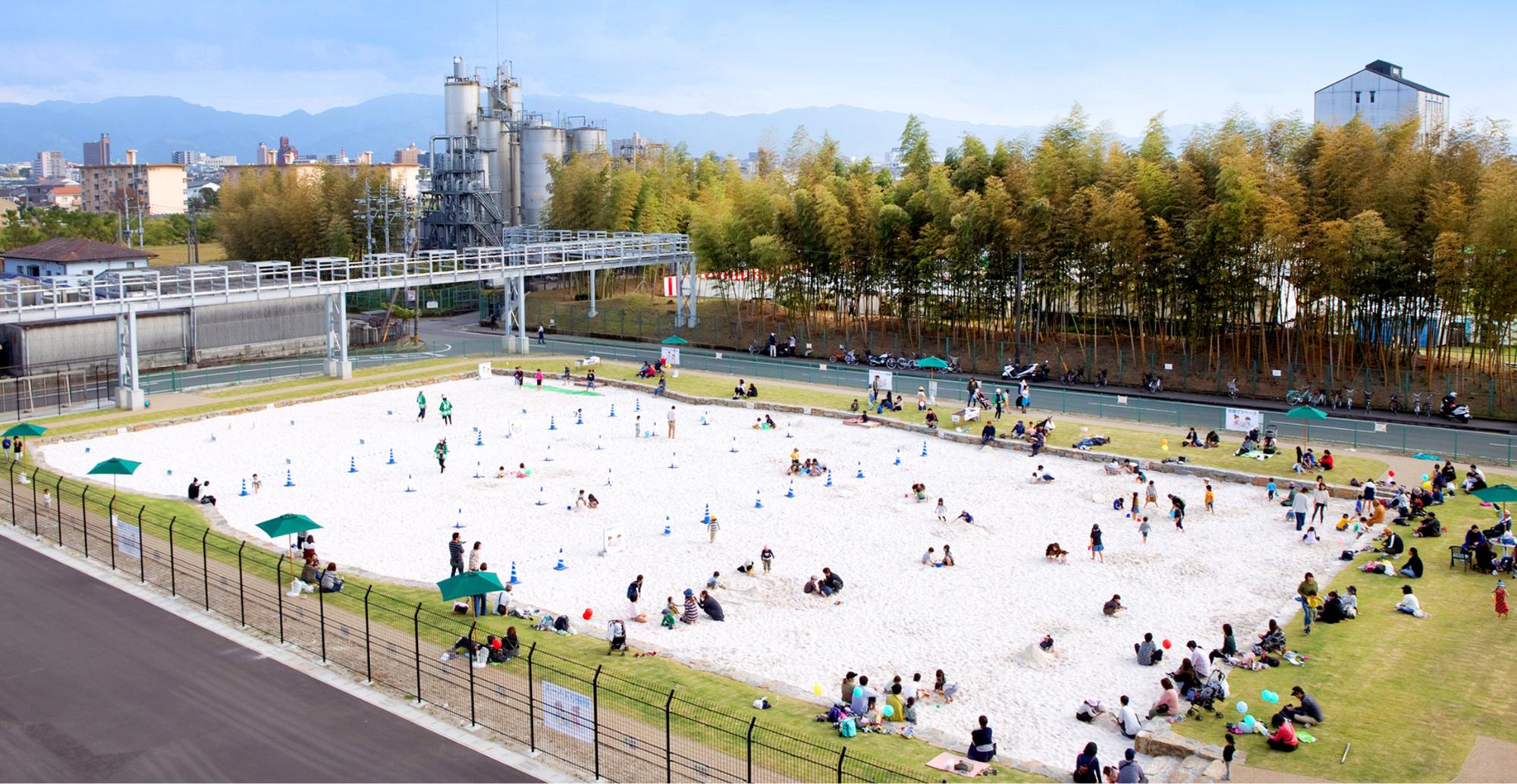 写真:白い砂場の公園